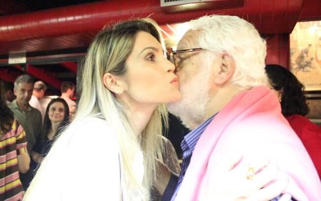Manoel Carlos e Flávia Alessandra se cumprimentam