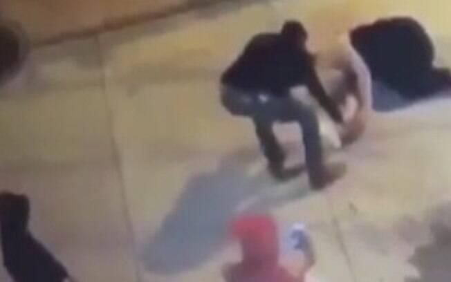 Desmaiada, a mulher teve seus pertences roubados após ser agredida por um homem em Beechview, nos Estados Unidos