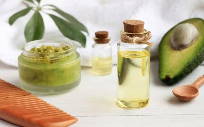 Além de ajudar a crescer cabelos e unhas, o abacate também mantém os fios fortes e as cutículas hidratadas