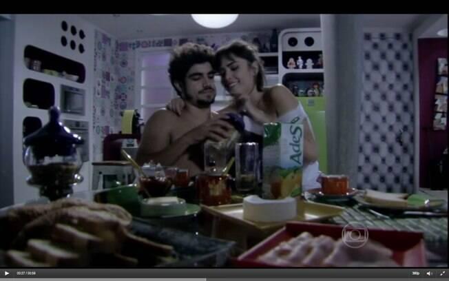 Cena de 'Amor à Vida, da Globo: personagens de Caio Castro e Patrícia Casadevall fazem merchandising de suco de caixinha