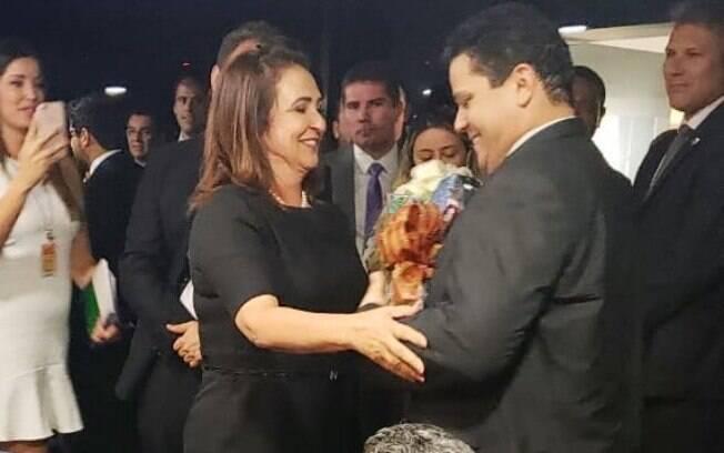 Senadora Kátia Abreu levou buquê de rosas para Davi Alcolumbre como um pedido de desculpas