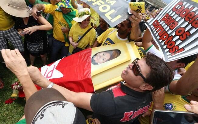 Manifestantes de Brasília reproduziram um caixão que seria do corpo da presidente Dilma Rousseff, em alusão ao processo de impeachment. Foto: Lula Marques/ Agência PT - 13.12.15
