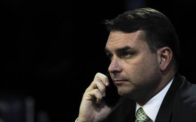 Flávio Bolsonaro também está atento aos assuntos de Brasília