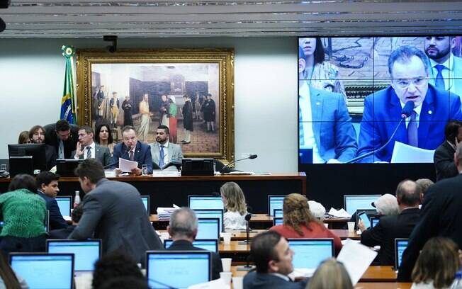 O texto-base da nova Previdência, de autoria de Samuel Moreira (PSDB), foi aprovado nesta quinta (4) na comissão especial