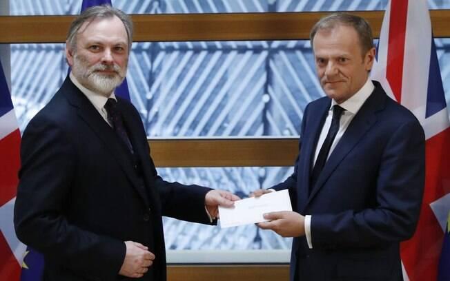Embaixador britânico na União Europeia, Tim Barrow, entregou a carta ao presidente do Conselho Europeu, Donald Tusk