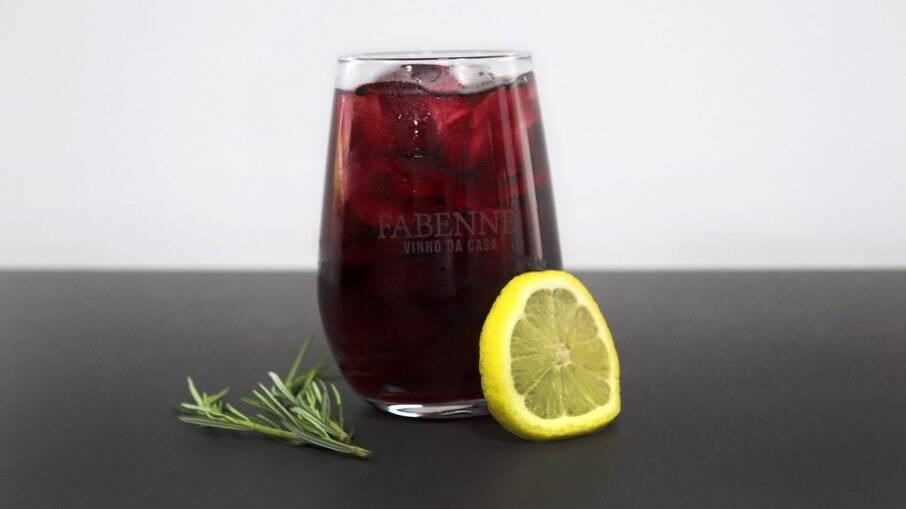 A água com gás deixa o drink com um gosto refrescante