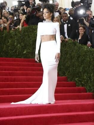 Rihanna usou um ousado top frente única de Stella McCartney com saia longa no baile de gala anual do Metropolitan Museum