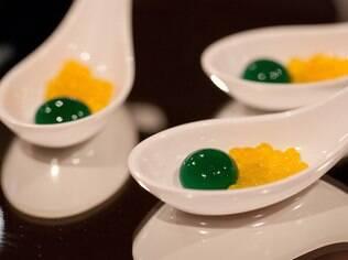 Drinks moleculares: este é um malibu de maçã verde e caviar de pêssego