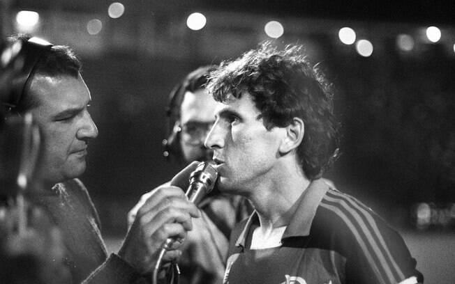 Zico dá entrevista em partida na campanha do  Flamengo em 1987