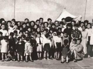 Foto de crianças a bordo do navio que levou leva de imigrantes japoneses ao Brasil, após a Segunda Guerra Mundial