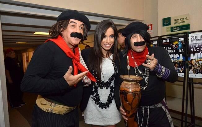 Após a apresentação, Anitta posou com os atores vestidos de gauchos...