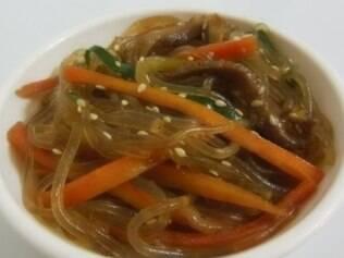 Japchae é o nome do prato coreano que leva macarrão de batata-doce, legumes e cogumelos feitos no óleo de gergelim