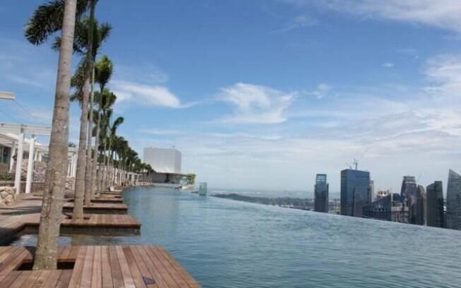 Piscina do hotel Marina Bay Sands, em Cingapura, foi construída em forma de barco no alto de duas torres