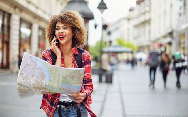 Viajar sozinha é o desejo de muitas mulheres, e as brasileiras estão entre as que mais viajam desacompanhadas