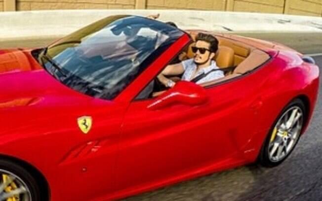 Luan Santana dirige Ferrari durante viagem por Las Vegas