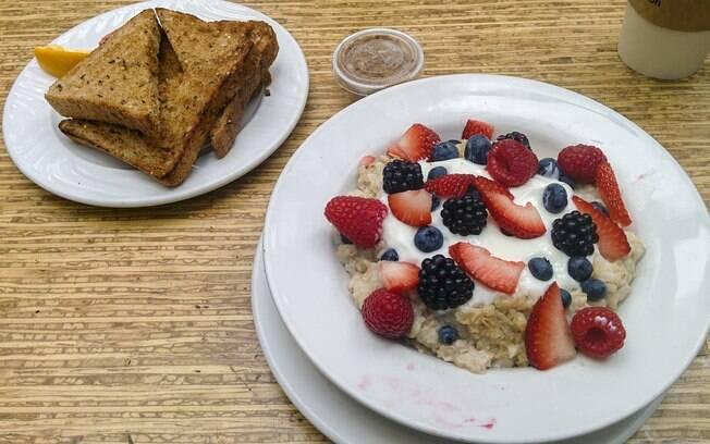 Mingau de aveia é uma ótima opção para o café da manhã