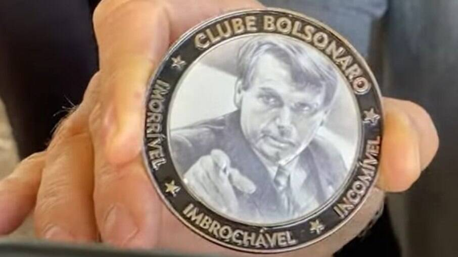 "Bolsonaro apresenta medalha de ""imorrível"
