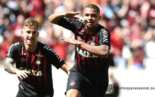 Zé Ivaldo comemora um dos gols da vitória do Atlético Paranaense