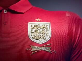 Detalhe do uniforme da Inglaterra. Camisas de seleções costumam ser sempre mais discretas