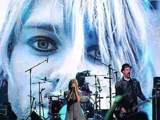 Show. Kim Gordon, ex-integrante do Pixies, cantou com Dave Grohl e Krist Novoselic no show em tributo ao Nirvana