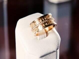 Aliança com fileira de brilhantes e nome do noivo em relevo, de Rosana Negrão