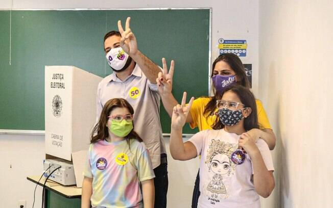 Guilherme Boulos (PSOL) vota na PUC, em SP