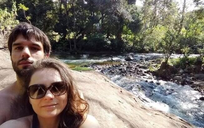 Monica Iozzi posa ao lado de novo namorado em clima de romance