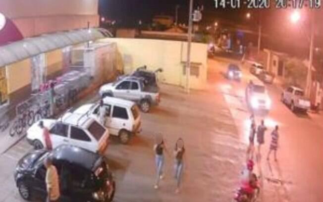 Câmeras de segurança flagraram duas garotas juntas antes do assassinato
