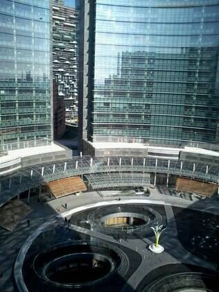 Projetado por César Pelli, o edifício mais alto de Milão foi palco para as novidades do Salão do Móvel