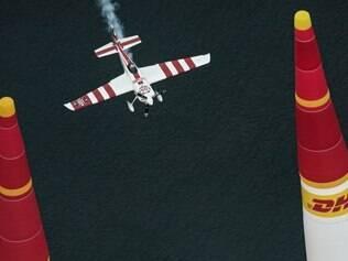 Avião de Paul Bonhomme rasga o céu da praia na cidade de Gdynia, na Polônia