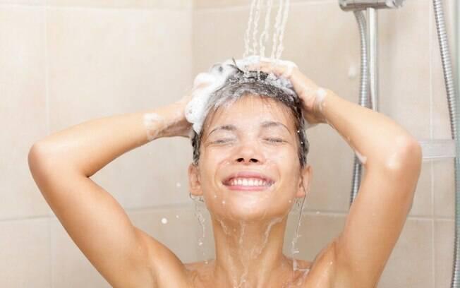 Na internet, mulher revela que faz xixi durante o banho, mas que marido não concorda e acredita que atitude é nojenta