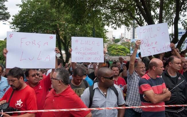 Em frente à casa de Lula, houve manifestação pró e contra o ex-presidente. Foto: Rodrigo Robatini/Futura Press - 04.03.2016