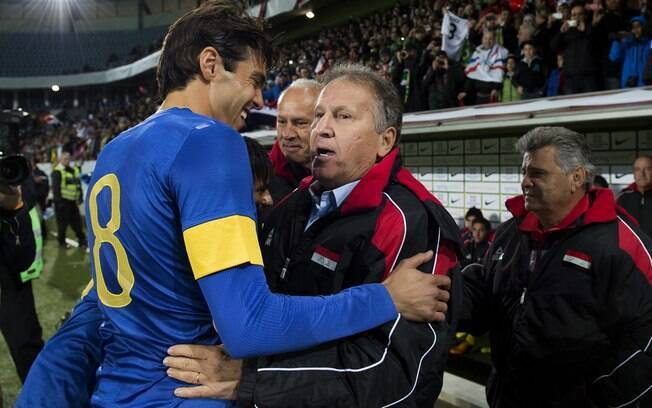 Zico cumprimenta Kaká antes do amistoso entre  Brasil e Iraque, seleção que comandou