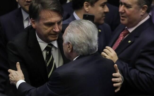 Jair Bolsonaro cumprimenta Michel Temer, pela primeira vez no Congresso, depois de ser declarado presidente eleito