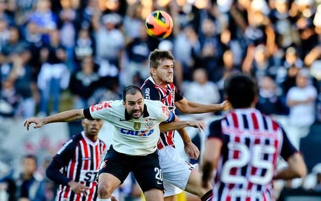 Danilo disputa a bola pelo alto com Rafael  Tolói durante clássico no Pacaembu