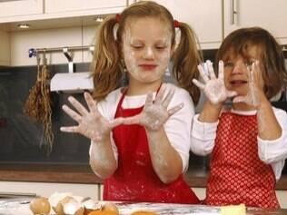 Uma opção de diversão é preparar receitas fáceis com as crianças