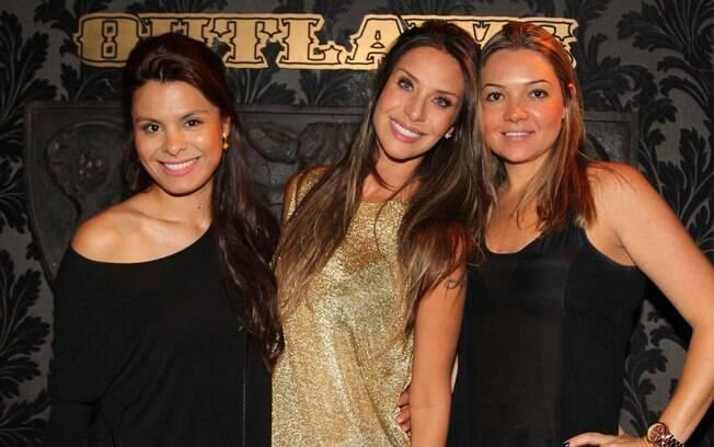 Lizzi Benitesassiste show de MC Sapão em São Paulo acompanhada das amigas