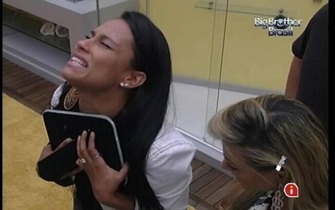 Kelly chora ao ver foto do namorado