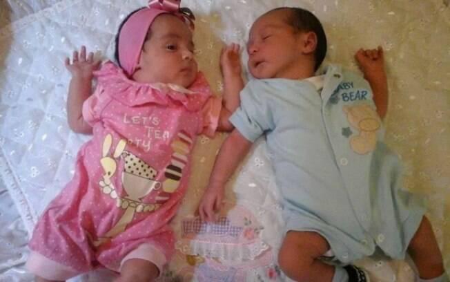 Ana Flávia em imagem postada no Facebook: bebês não tinham nem 2 meses de vida