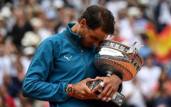 Rafael Nadal abraça o seu 11º troféu de campeão de Roland Garros