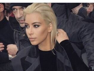 Kim Kardashian causa impacto ao exibir visual louro, em Paris