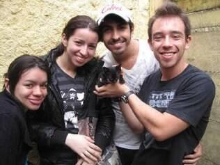 André Plácido (dir.), Marco Aurélio e Dominique, com a gatinha Frida, junto com Bruna, amiga do trio (esq). Felino faz parte da família
