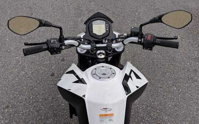 O painel de instrumentos da KTM 200 Duke é digital e é pensado para mostrar as informações com praticidade