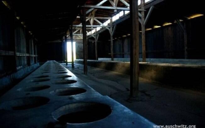 Latrinas nos barracões onde viviam os prisioneiros: pesadelo diário. Foto: Auschwitz-Birkenau Memorial and Museum