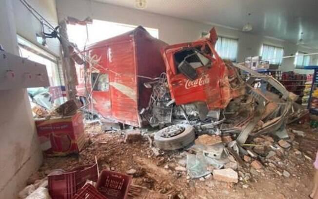Caminhão desgovernado invadiu um supermercado