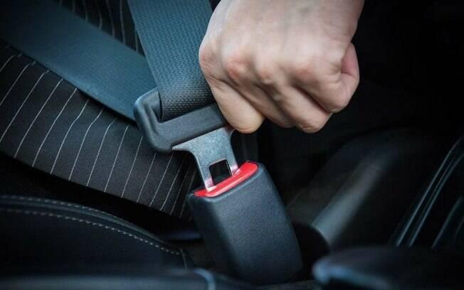 Você coloca a presilha no cinto de segurança para que fique mais folgado? Conheça os riscos da prática