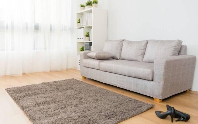 Remover os tapetes dos cômodos é uma das ações que ajudam a aliviar o calor e deixar a casa mais fresca no verão
