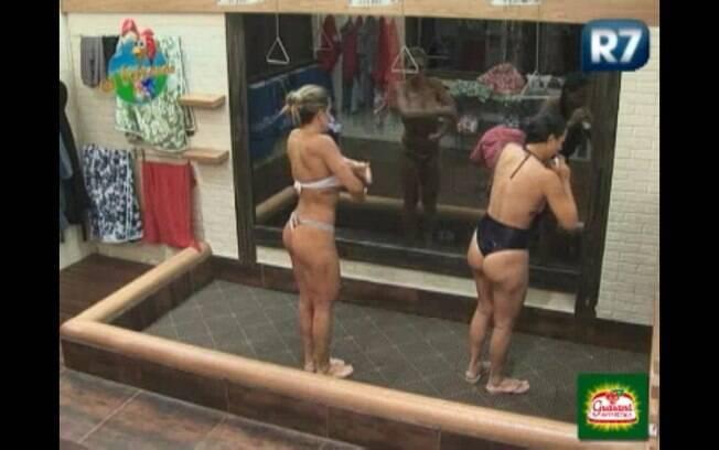 Joana toma banho ao lado da ex-peoa Taciane