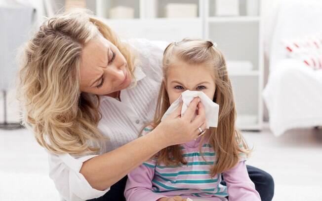 Em casos de objetos no nariz, tampe uma narina e peça para a pessoa assoar com força pela outra