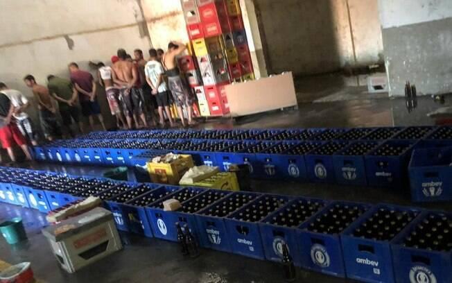Mais de 15 pessoas foram detidas no barracão em que as cervejas eram falsificadas, em Ibaté